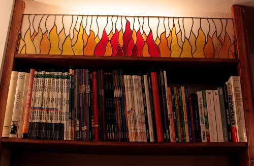 Vitrail destiné à combler une niche dans une bibliothèque