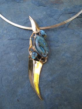 pendentif sur cercle métal: laiton doré et verre