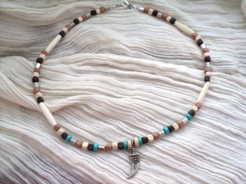 Collier composé de perles en bois bleu,marron beige et noir, de perles en métal argenté  et de longues perles en os blanc