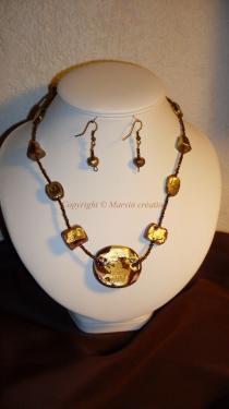 Parure ( 49 cm) fil cablé, perles fimo marron et feuille dorée Réf: PA20