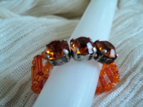 3 STRASS:Bague form�e de 3 strass ambre sertis de m�tal argent� et anneau en perles rocaille et rocaille tube orange Taille 57/58 Les strass sont tr�s lumineux et brillants