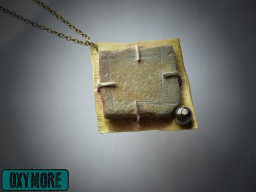 PortCros : Sautoir mettant en sc�ne une pierre