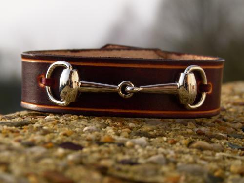 Bracelet cuir vachette avec mors , largeur 13mm Fermoir pression double réglage autre choix sur : http://www.equi-art-design.com/news/bracelets/ Référence : BM009MB