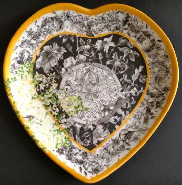 Assiette coeur plat principal motif fleurs Référence: Diamètre: Sur commande délais nous consulter.