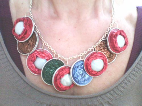 collier 9 capsules nespresso rouges vertes,marrons réversibles marron/cuivré encastré de perles de verre blanches monté sur chaînette argentée et perles de rocailles argentées .