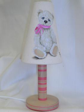 Lampe réalisé avec un abat-jour en tissu ancien lequel est décoré d'une peinture à l'huile,Pied en hêtre verni et peint.