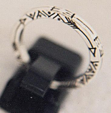 REF 007 Bague gravée section carrée  argent massif 95% sans nickel Superbe anneau section carrée en argent massif 95% de très belle qualité - gravures profondes à main levée - écriture amérindienne créant un message Possibilité de gravures différentes - Création sur mesure à votre taille - prise en compte immédiate de votre commande  -Passez votre commande en nous contactant par émail atelierdart17@2gmail.com N'oubliez pas de nous communiquer votre taille ainsi que la Référence 007 pour ce modèle  - Frais de port emballage assurance d'un montant de 8? à ajouter au total de votre commande Paiements acceptés : - Paypal -Chèque (commande envoyée après encaissement) ou passer directement commande sur notre site de vente en ligne atelierdart17.fr