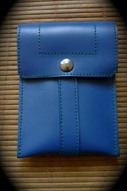 petite pochette simple en cuir lisse bleu et coutures vertes.