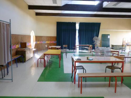 Salle de la garderie de l' école primaire où j'étais ... Le coffre est au fond à votre gauche.