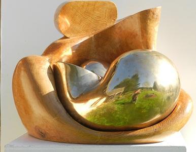 LA TENDRESSE  La matière :  - bronze poli + chêne  La hauteur : 43.5 cm