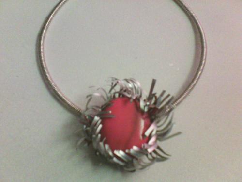 Tour de cou ,mais avec une seule fleur dont le coeur est une pierre rouge/orange .