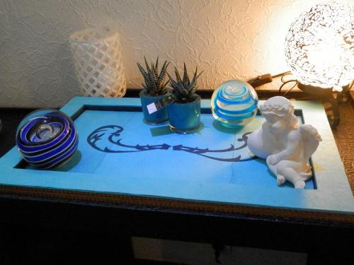Plateau en carton, finition papier lokta bleu turquoise et bleu marine, avec un dessin style baroque en papier lokta bleu marine, cannelures en carton  apparentes sur toutes ses faces  Ce plateau m�me vendu restera en d�monstration, car vous pourrez toujours me le commander et choisir les couleurs. Si vendu, commande possible.