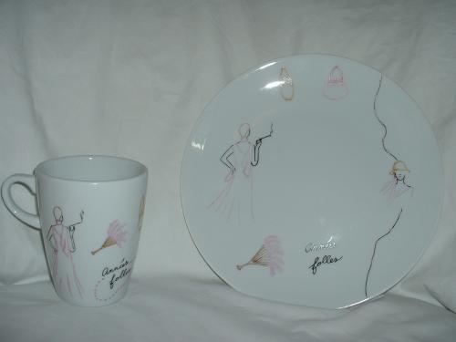 Mug et assiette en Limoges motif mode, décor années folles.