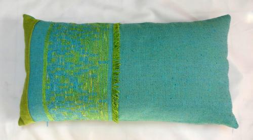 Housse de coussin vert, brodé jaune,   Dimension: 32/60 Composition coton/polyester Lavable 30° Existe en rose, brodé vert