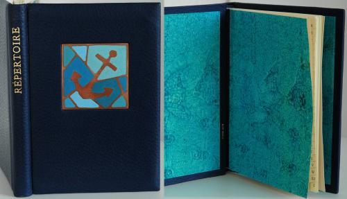 REPERTOIRE Reliure vachette bleu 15x10 cm Email champlevé : ancre marine Papier à la colle Claire Lutz Dorure : feuille d'or 22 carats