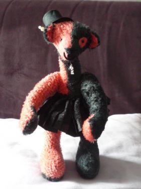 Rouge et Noir                                26cm mohair  rouge + peluche noir kapok yeux en verre noir nez brodé bras et jambes articulables juin 2015
