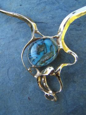 collier laiton doré et cabochon de verre: détail