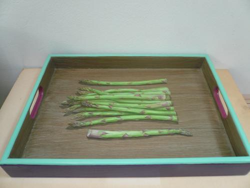 plateau rectangulaire, 31X43. acrylique sur bois. thème: asperges en trompe l'oeil 2016