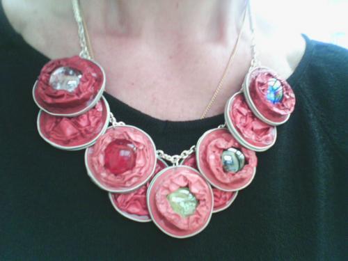 collier 9 capsules nespresso rouges avec incrustation de perles de verre bleue,verte,rouge et blanche monté sur chainette et petites perles argentées  ; Très léger .Réversible rouge .
