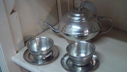 théière et tasse et sous tasse