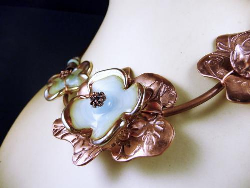 Collier demi tour de cou souple compos� de trois �l�ments floraux : fleurs de cuivre textur� et fleurs de verre bleu-vert p�le par la cr�atrice
