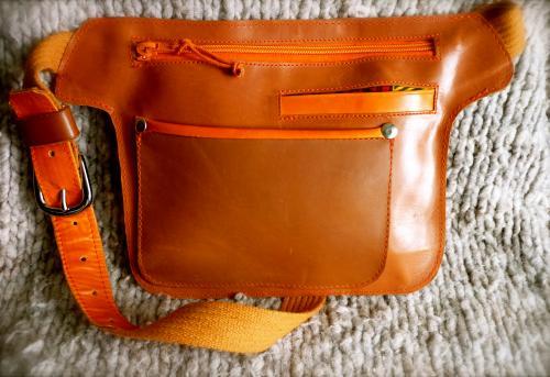 pochette ceinture veau marron et chevreau orange avec fermeture à glissière,2 poches avant, doublure tissu et sangle coton renforcée cuir avec boucle argentée.