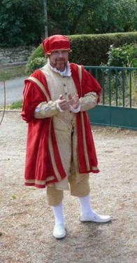 Costume historique - Henri VIII  Costume compos� d'une chamarre, un justaucorps, un pourpoint avec crev�es, col et poignets avec volants et dentelle, une culotte et un chapeau.   L'ensemble est agr�ment� de broderies et d'application de galons.   Commande sur mesure, sur demande