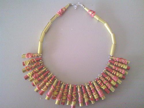 Collier capsules dorées et rouges et élastiques.