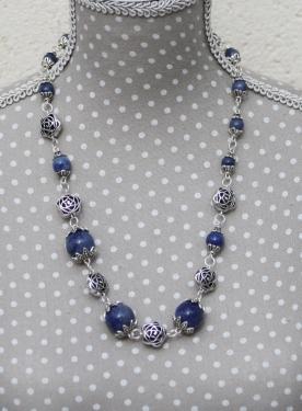 Collier en Agate Bleue et Métal Argenté. Monté sur tiges et anneaux métal argenté. Fermoir Bouée Fleur Métal Argenté Vieilli. Poids : 69 g Longueur : 53 cm