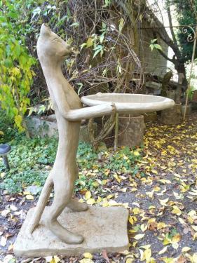 Sculpture en ciment armé, d'une hauteur de 1m,représentant un chat donnant à boire aux oiseaux...