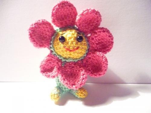 porte clés avec une petite fleur amigurumi kawaii de 7 cm . crocheter avec un crochet n°1 et des cotons de grandes qualité.