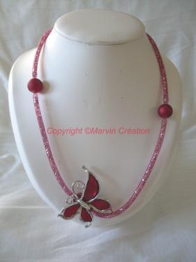 Collier (57 cm) résille tubulaire rouge, cristaux gris et argent, papillon acrylique rouge Réf: CO05153