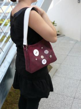 Violine, sac en simili cuir et anse en cuir v�ritable, avec boutons cousus main.