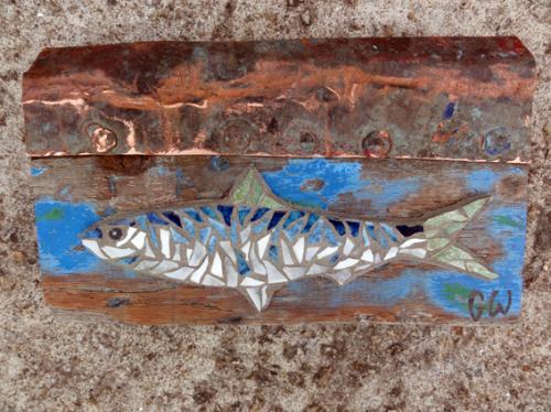 Petite sardine en mosa�que de tesselles anciennes de gr�s �maill� r�alis�e sur morceau de pavois du
