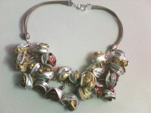 Collier 21 perles nespresso doré/cuivré monté sur chaînette argenté et 4 cordon beige ,,très léger .