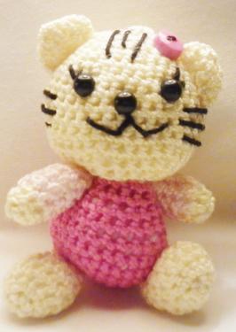 mia the girly kitty :   Mia est un petit chat de 6 cm,elle est crochetée avec des cotons de grandes qualité et un crochet n°1 , elle est adorable et ne demande qu'a être adopter.