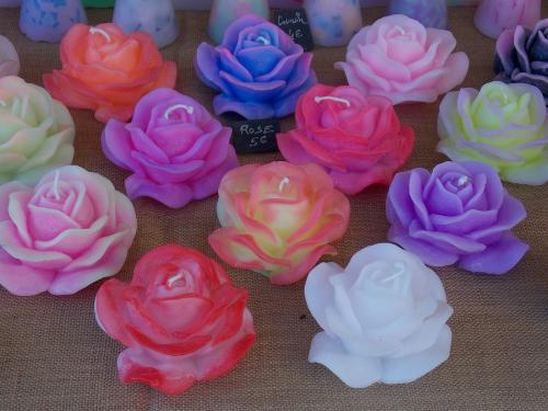 Bougie en forme de rose - dim 13cm de couleur tr�s vari�s ( couleur sur demande possible ) Dur�e allum� : 15h  vendu � l'unit�