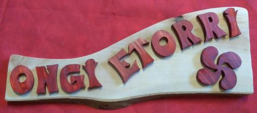 Ongi etorri  Lettres découpées collées sur du hêtre. environ 50cm