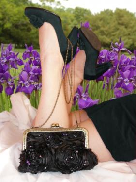 Iris, sac pochette � fermoir et anse cha�nette. Tissu brod� de perles au crochet de Lun�ville.