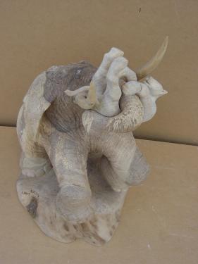 sculpture en noyer pour l'�l�phant et tilleul pour la lionne