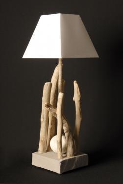 L65NATEL : une lampe entièrement en bois flotté avec une tige en corde de lin et abat-jour pyramidal blanc. L17 P17 H 65 douille E27 ampoule 15 watt max non fournie