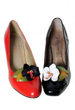 clips chaussures orchid�es en cuir pleine fleur de vachette mont�es sur des doubles clips