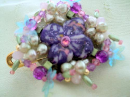 Broche en perles sur �pingle, coeur en p�te fimo,perles en cristal de swaroski rose et mauve,et de perles naturelles vertes