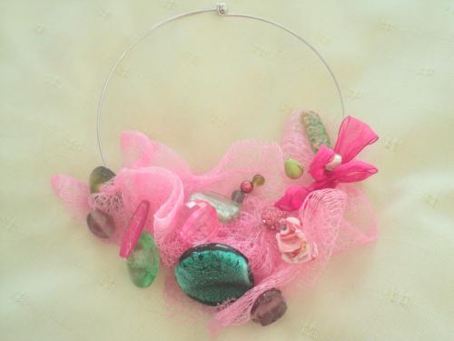 Collier sur torque,tulle rose d�cor� de perles en verre  rose et vert de diff�rentes tailles et formes