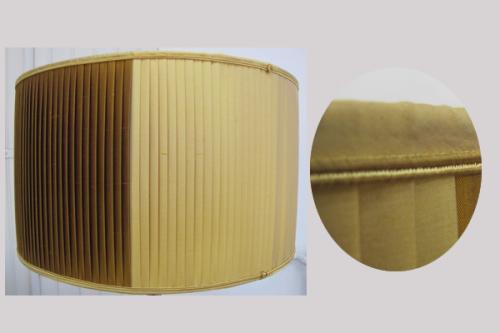 Cet abat-jour tambour  à plis plats  a été réalisé pour la restauration d'un lampadaire américain de marque Stiffel. Il est doublé en soie de chez Edmond Petit dans les tons miel et or et agrémenté d'une soutache haut et bas des mêmes couleurs.