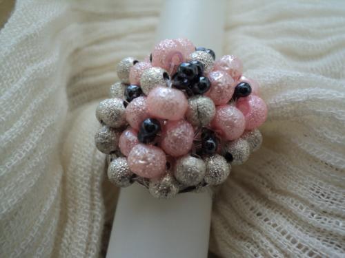 HELO�SE:Bague fantaisie en perles sur anneau en m�tal argent� adaptable � toutes les tailles de doigt. Cette bague fantaisie est compos�e de perles granit�s rose et argent et de rocailles gris fonc�.