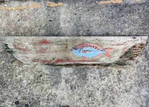 Dorade rose en mosa�que r�alis�e avec d'anciennes tesselles d'�maux de Briare et de gr�s �maill� sur morceau d'une plate du Golfe du Morbihan. Pi�ce de bois de 100cm par 22cm Longueur du poisson 30cm Poids 2.7kg