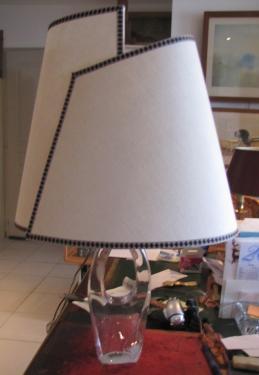 abat-jour ovale en tissu contrecollé sur pied de lampe en cristal de Daum