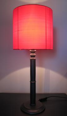 Abat-jour réalisé dans une très belle soie de chez ZIMMER + RHODE dont les teintes rouge et rose évoluent en fonction de son exposition à la lumière naturelle. Celui-ci se marie très bien avec un simple pie en bois patiné dans les tons gris anthracite.