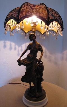 Ce dôme parapluie est confectionné dans un coton imprimé Liberty. Il est doublé d'une belle soie jaune dorée de chez Edmond Petit.Sur un pied de lampe en bronze Art Nouveau, l'ensemble diffuse une jolie lumière d'ambiance.